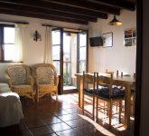Detalle de la cocina-comedor con el pequeño balcón