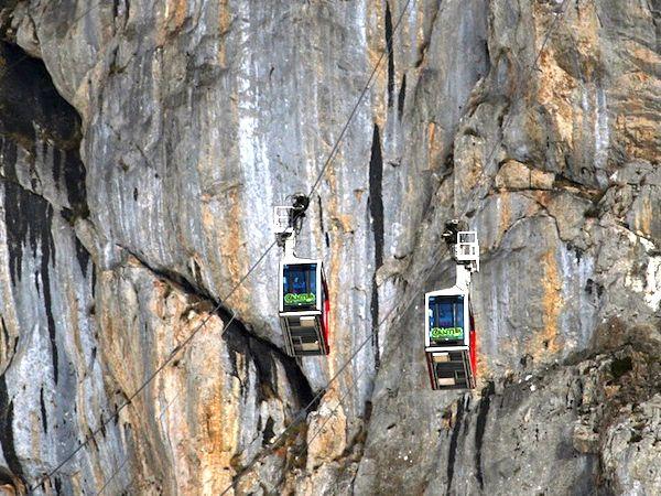 foto donde se ve que se cruzan las dos cabinas del Teleférico de Fuente De