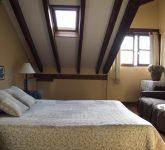 Foto del dormitorio principal de los apartamentos. Este en concreto tiene cama de matrimoni