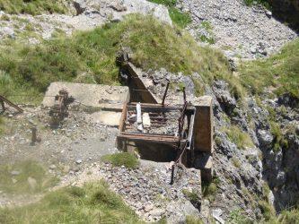 Este es el resto de la instalación minera de cuando se bajaba el mineral que se extraía el Lloroza por una cable hasta la pradera de Fuente De
