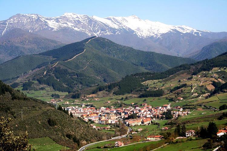 Foto de la villa de Potes con Peña Sagra al fondo